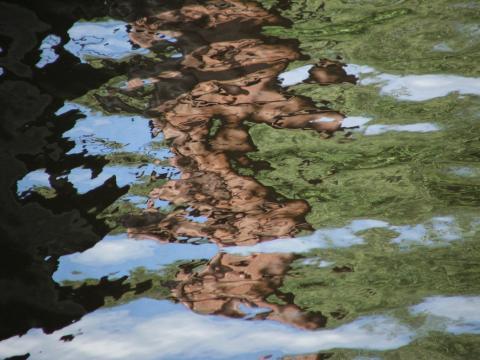 Отражение столба в волнах
