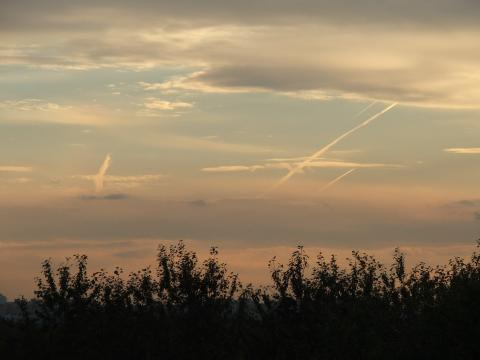 Инверсионные следы в закатном небе